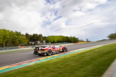 Ferrari 488 races a Porsche 911 into Les Combes