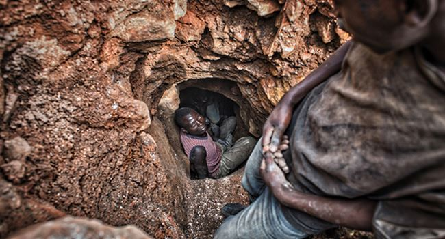 Unlicensed gold mine collapses, 20 dead
