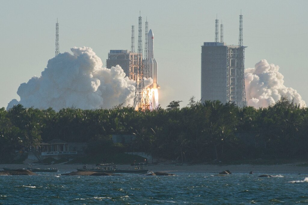 China's new spacecraft returns to Earth