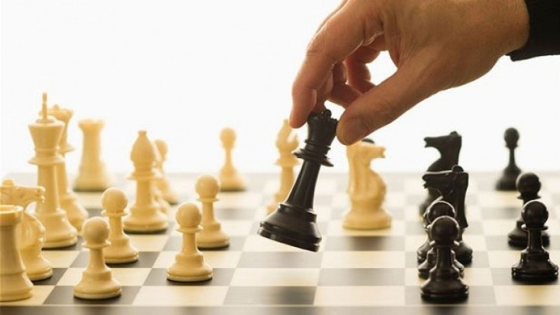 expert-playing-chess