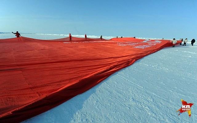 Ночные Волки Игорь Панин и Вячеслав Шкода прибыли на Северный полюс со Знаменем Победы.