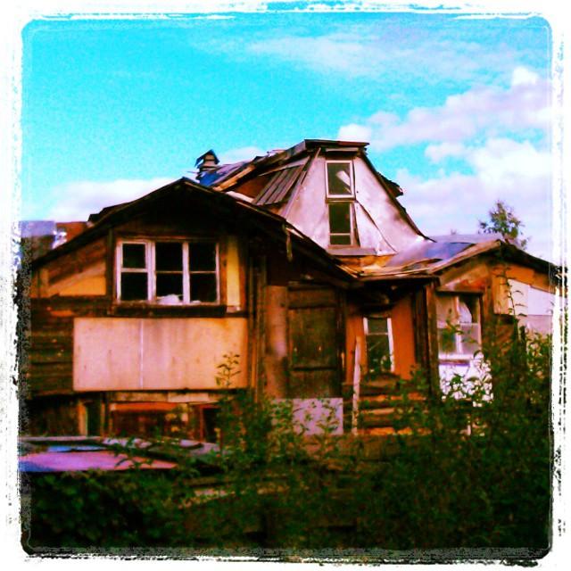 Какой чудесный дом. Мне кажется, что внутри всё шикарно, богато и очень дорого.
