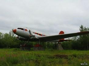 Какой-то самолёт-памятник рядом с городом