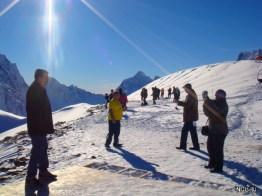 Любят все пофоткаться на фоне гор. На третьем уровне достаточно тепло на солнце
