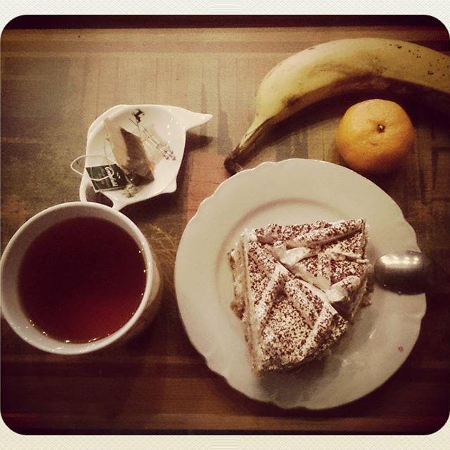 Пьянства закончились (временно разумеется). Пора порадовать печень сладеньким. А торт нужно есть запивая непременно чёрным чаем. #торт #чай #тирамису