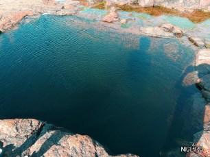 Непонятная бездонная шахта явно искусственного происхождения в скале на берегу Белого моря, которую можно увидеть только во время отлива