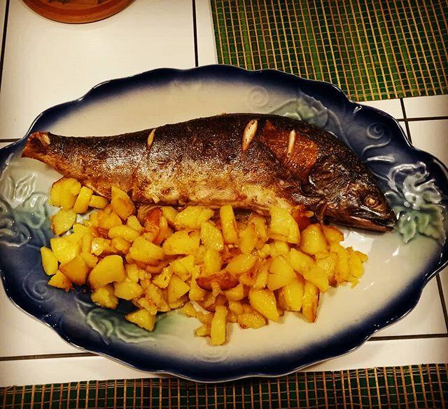 Рыбный четверг. Горбуша с жареной картошкой. Злая какая-то рыба с виду... но вкусная. #рыба #ужин #рыбныйчетверг