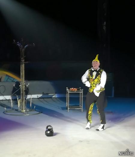 Клоун между представлениями - Роман Бойко