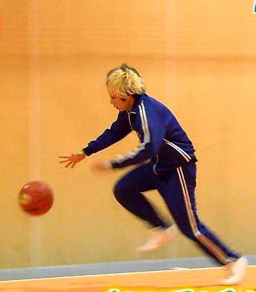 バスケットボールをドリブルする歌広さんの図