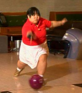 信江ちゃん、ボウリング投球