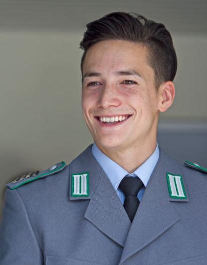 本来の軍人制服を着るマゼル 典拠:典拠:commons.wikimedia