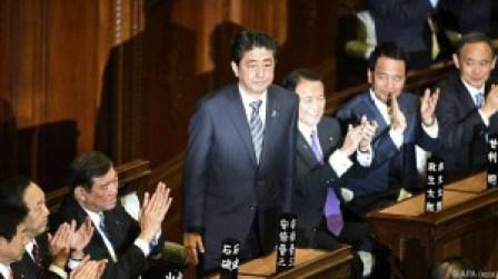 japanischer-regierungschef-abe-wiedergewaehlt-41-56094724