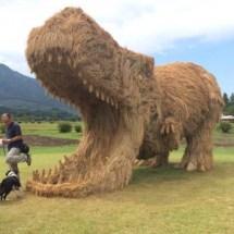 Stroh-Dinosaurier erobern japanische Felder!