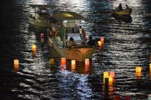 Un bateau et des lanternes sur l'eau