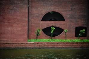 Geomatric shaped window on the MP Hostel. ©Photo: Nicole Bouchard