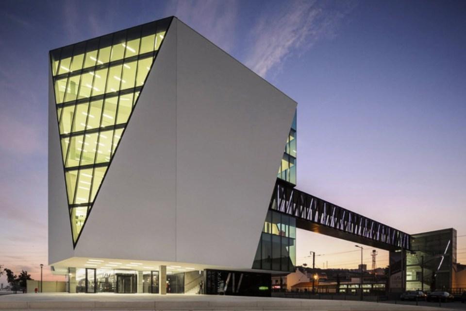 Desain Bangunan dengan Jendela yang Unik