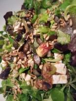 Salat mit Ziegenkäse, Feigen und gerösteten Pinienkernen