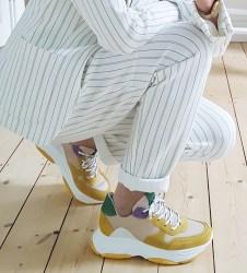 Anzug mit ugly Sneaker