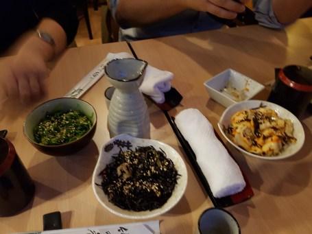 Verschiedene Algensalate plus Oktopussalat