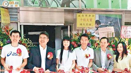 蔡其皓(右三)、女友Niki(右一)、洪松蔭(左一)、梁鴻德(右二)