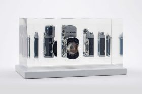 Fabian Oefner crea arte tagliando in pezzi le fotocamere Nikon