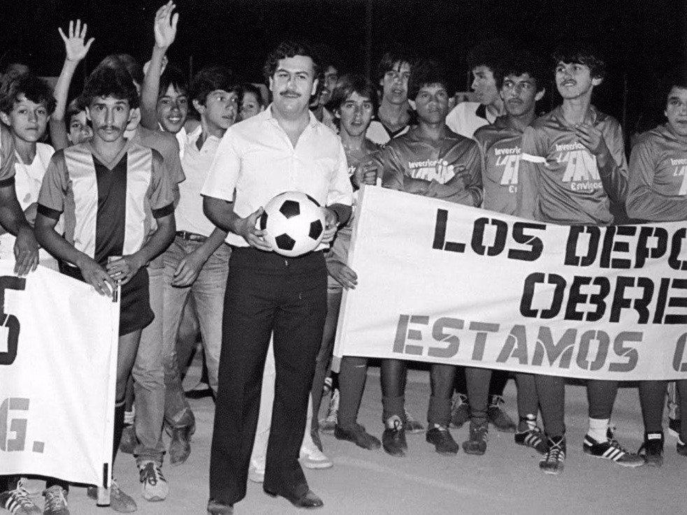 """Kolombiya milli takımı Escobar'ı cezaevinde ziyaret ettiğinde, bunun duyulması olay olmuş, takımdan biri """"Eğer Corleone sizi yemeğe davet ederse, gidersiniz"""" demişti."""