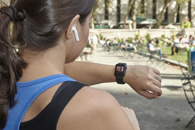 Kişisel aktivitelerinize yönelik daha çok özellikle gelen yeni Apple Watch'ın yerleşik GPS'i telefonsuz koşuya, 50 metreye kadar su geçirmezliği de yüzme aktivitelerinizin hesaplanmasına olanak sağlıyor.