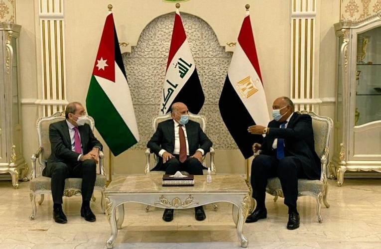 شكري في بغداد للمشاركة بالاجتماع الوزاري بين مصر والأردن والعراق
