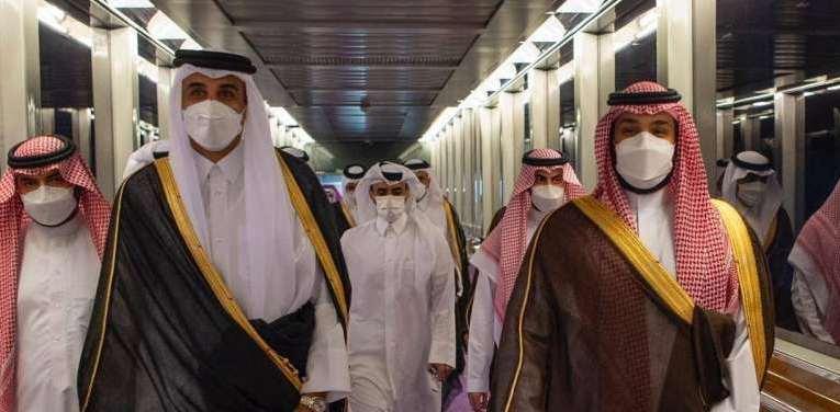 أمير قطر يصل إلى جدة وولي العهد السعودي يستقبله