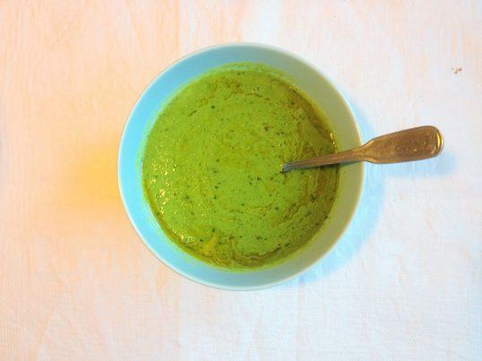 Grön ärtsoppa med vitlök, örter och kallpressad rapsolja