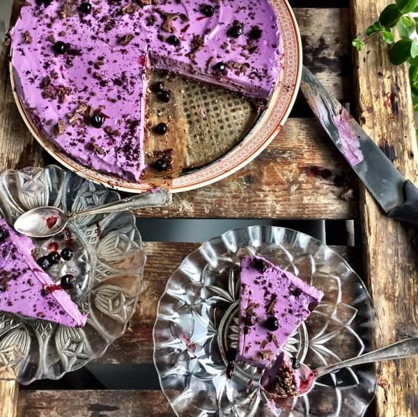 Raw Blåbärscheesecake med choklad och hasselnötsbotten