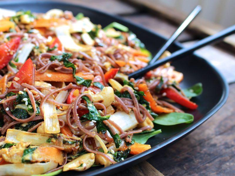 wok med grönsaker och bovetenudlar