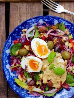 Proteinrik vegosallad med hummus, ägg och oliver