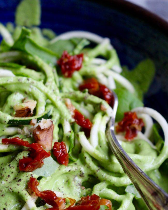 zoodles med ärtpesto och soltorkade tomater (raw, vegan)