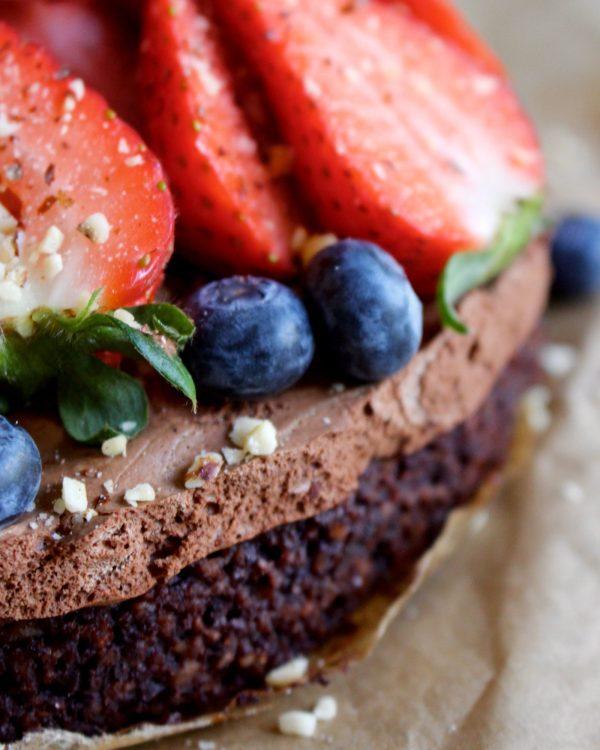 Vegan/glutenfri chokladmousstårta med hasselnötsbotten och bär