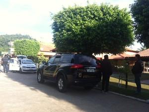 Viatura da Polícia Federal faz plantão em frente à casa de Roberto Jefferson neste sábado (22) (Foto: Kenia Pinheiro/TV Rio Sul)