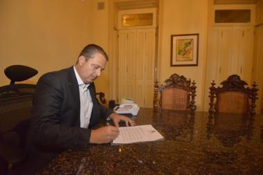 Eduardo assina renúncia: governador abraça projeto eleitoral
