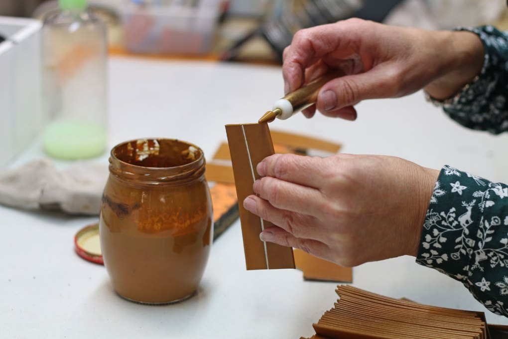 teinture de tranche cuir NILS & EMI maroquinerie made in france