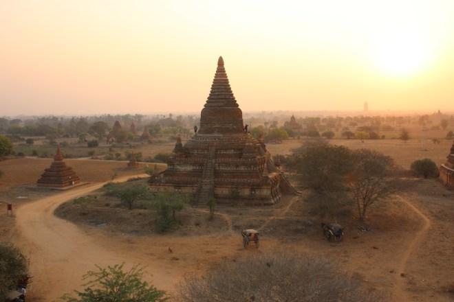 lever de soleil à Bagan en Birmanie