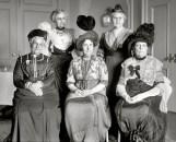 """הנשים שארגנו את הקונגרס נגד ניסויים בבע""""ח - 1913. במאה ה-19 התבצעו ניסויים רפואיים מזעזעים בנשים עניות שלא יכלו להתנגד. פמיניסטיות שנקלטו למקצועות הרפואה הכירו את הפרקטיקה הזו של ניסויים בנשים עניות, והחלו להתנגד גם לניסויים בבעלי החיים, וזאת מתוך הבנה עמוקה ובסיסית שלא ניתן להצדיק פגיעה בחלש עבור תועלת החזק."""