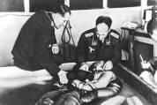 אסיר קופא במי קרח - ניסויי היפותרמיה בגרמניה הנאצית. במשך 200 שנה, מדענים ביצעו שלל ניסויים על אוכלוסיות מוחלשות בחברה (תינוקות, נכים, יתומים, נשים, שחורים וכו'). המאמר מציג סקירה היסטורית חלקית של אותם הניסויים, הכוללת את הרטוריקה ששימשה את המדענים להצדקת הניסויים, ואת ההתנגדות למוסד זה.
