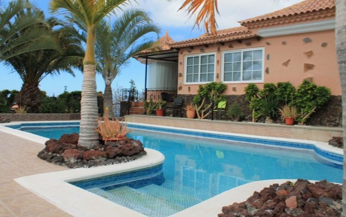 Large villa with 4 bedrooms and separate apartment on separate plot