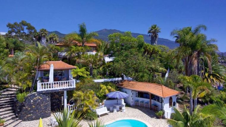 Luxury villa with spacious tropical gardens near Los LLanos de Aridane!