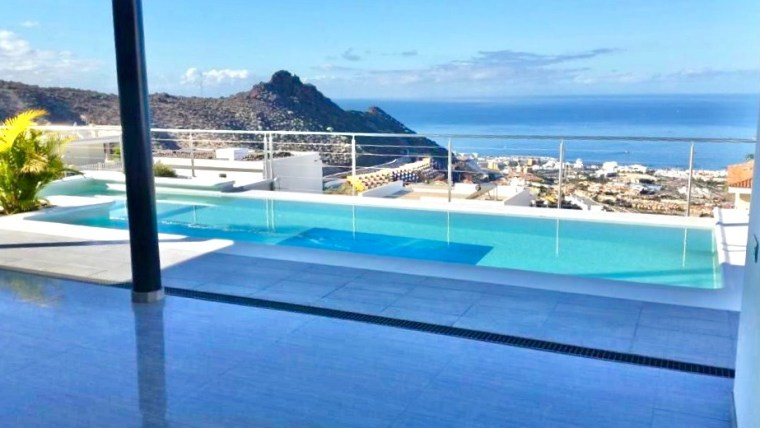 Costa Adeje: Luxury villa of extraordinary modern design.