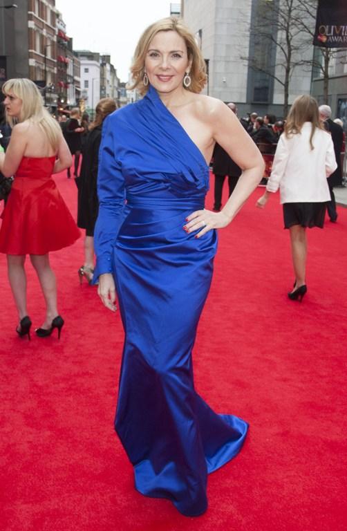 Как носить синее платье: пример звезд (фото)