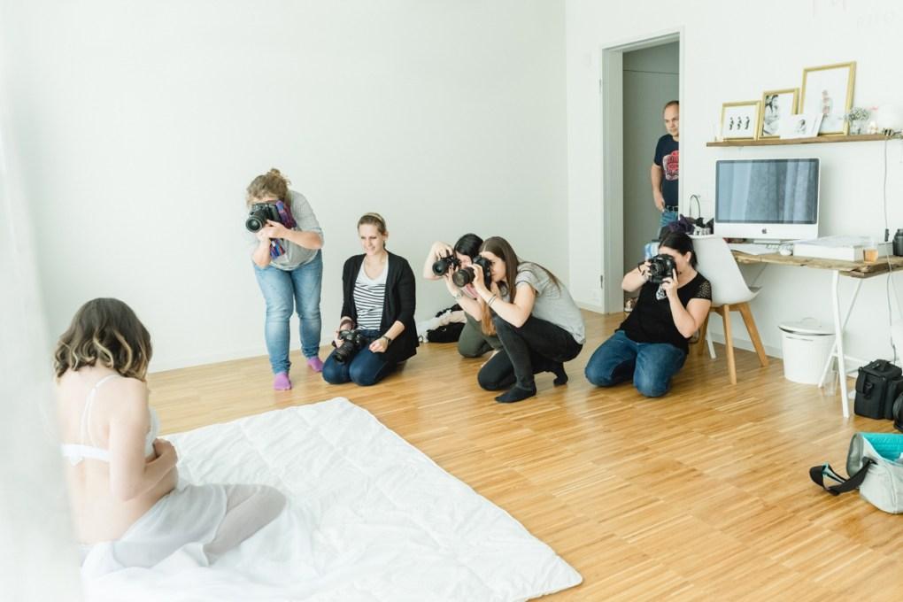 Fotografen in Tageslicht Studio fotografieren eine schwangere Frau am Fenster