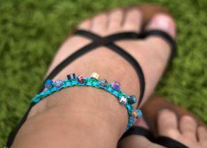 Sandale mit Perlenband