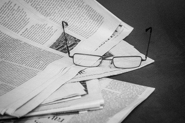 新聞と眼鏡