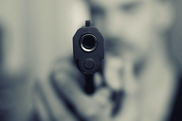 ピストル 向けられた銃口