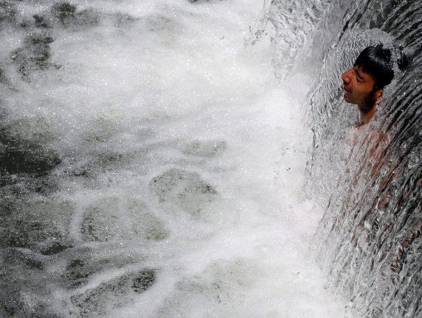 Nel Cachemire fa così caldo che solo le cascate offrono refrigerio. Provare per credere!